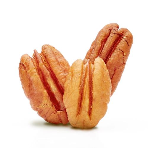 Trois noix de pécan sur fond blanc