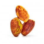 Trois pistaches décortiquées taco sur fond blanc