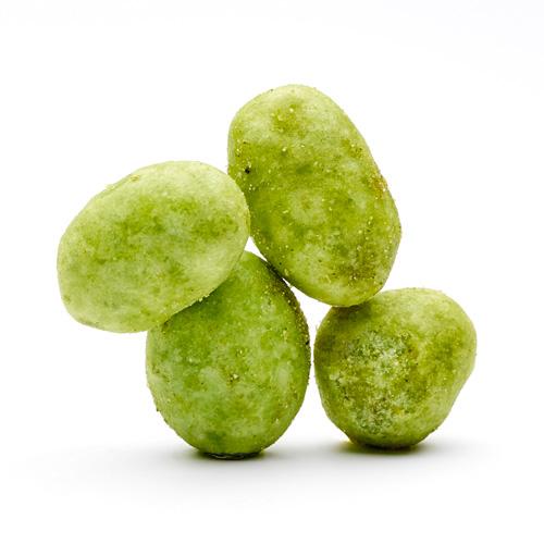Quatre cacahuètes vertes au wasabi sur fond blanc