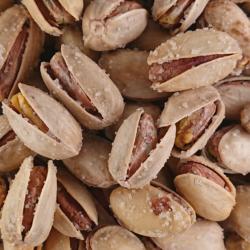 Pistaches avec coque et pépites de sel collées.
