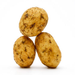 Trois cacahuètes enrobées de thym sur fond blanc