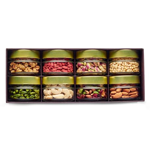 boite avec 8 pots en verre avec mûre blanche, baie de goji, pistache de bronte, pignon, pistache décortiquée, noix de cajou et amande bio