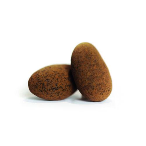 Deux amandes enrobées de chocolat noir.