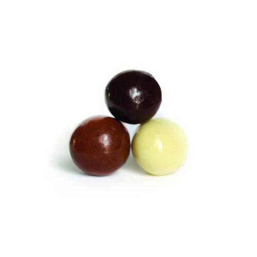 Trois noisettes enrobées de chocolat noir, chocolat au lait, et chocolat blanc..