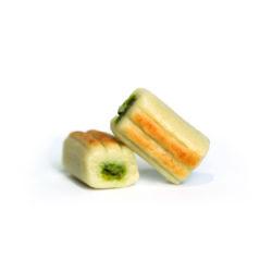 Deux confiseries parfaits avec massepain et pâte de pistache à l'intérieur.